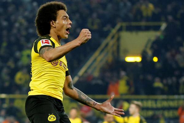 Gelandang Borussia Dortmund Axel Witsel selepas menjebol gawang Hannover 96. - Reuters/Leon Kugeler