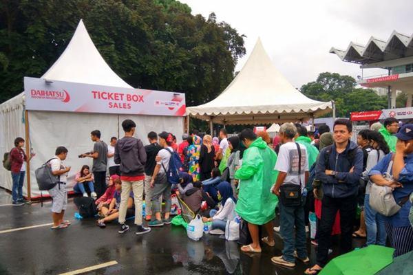 Meski loket karcis baru buka pukul 09:00 WIB, ratusan calon penonton sudah mengantri sejak pukul 05:00 subuh di depan Istora Gelora Bung Karno Senayan,  Jakarta demi mendapatkan tiket final Indonesia Masters (ANTARA  - Atman Ahdiat).