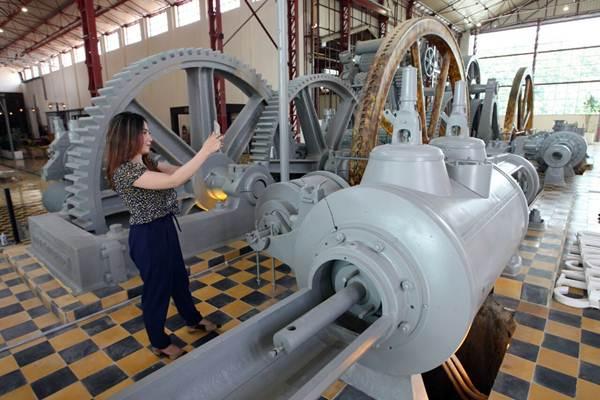 Pengunjung mengamati mesin bekas pabrik gula Colomadu di Karanganyar Jawa Tengah, Kamis (22/3/2018). - JIBI/Dedi Gunawan