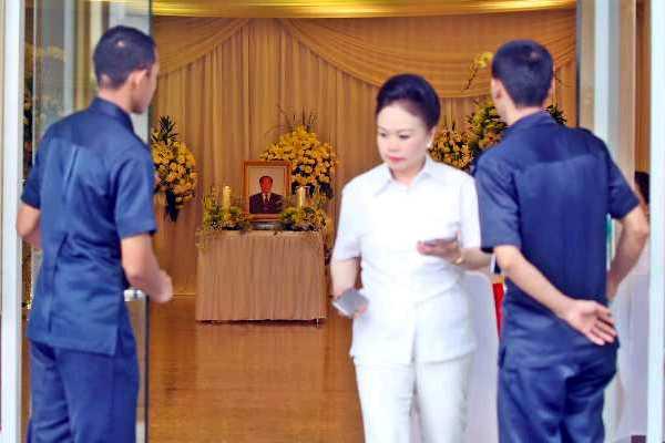 Kerabat memberikan penghormatan terakhir kepada Pendiri Sinar Mas Group Eka Tjipta Widjaja di Rumah Duka Sentosa RSPAD, Jakarta, Minggu (27/1). Jenazah akan disemayamkan di rumah duka tersebut  hingga Sabtu (3/2). (Abdullah Azzam - Bisnis).
