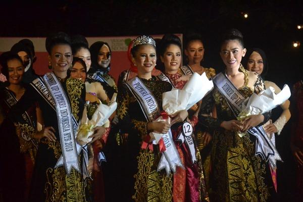 Paradila Annisa Saphira (tengah) asal Sumbawa Besar sebagai Puteri Indonesia NTB 2019 bersama Sherly Anastesia asal Kota Bima yang menjadi Runner Up II dan Syarifa Fahrani asal Kabupaten Lombok Tengah yang menjadi Runner Up I.