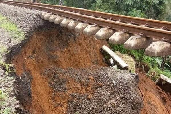 Ilustrasi Longsor mengganggu perjalanan kereta api - Twitter @Sutopo Purwo Nugroho