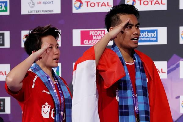 Pasangan Ganda Campuran Tontowi Ahmad/Liliyana Natsir seusai menjuarai BWF World Championships 2017, setelah mengalahkan pasangan China Zheng Siwei/Chen Qingchen  tiga set 13-21, 21-16 dan 21-15 dalam partai final, di Emirates Arena, Glasgow, Skotlandia, Minggu malam (27/8) waktu setempat. - Reuters/Russell Cheyne
