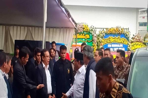Prabowo Subianto (Kemeja Putih) saat melayat ke Rumah Duka Santosa, Jakarta, Minggu 27/1/2019. BISNIS - M. Ridwan