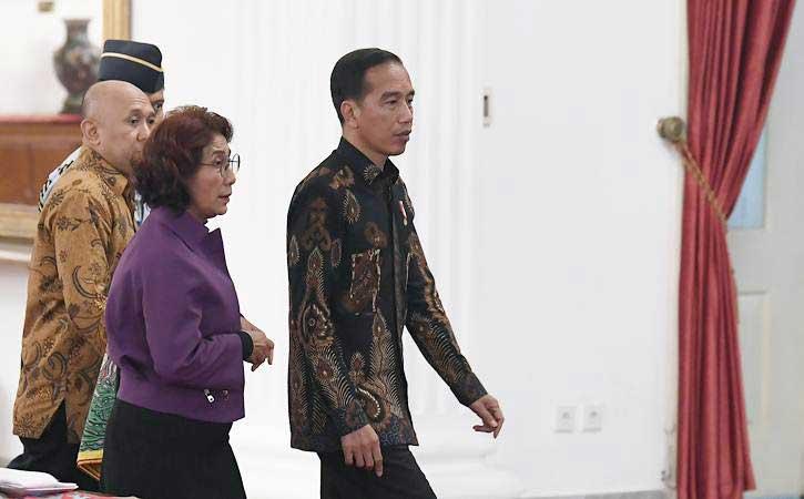 Presiden Joko Widodo (kanan) didampingi Menteri Kelautan dan Perikanan Susi Pudjiastuti (kedua kanan) dan Koordinator Staf Khusus Teten Masduki (kiri) perwakilan nelayan di Istana Negara, Jakarta, Selasa (22/1/2019). - ANTARA/Puspa Perwitasari