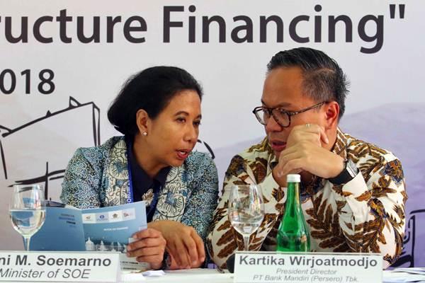 Menteri BUMN Rini M Soemarno (kiri) berbincang dengan Dirut Bank Mandiri Kartika Wirjoatmodjo di sela-sela jumpa pers pembukaan Indonesia Investment Forum 2018 di Nusa Dua Bali, Selasa (9/10/2018). - JIBI/Abdullah Azzam