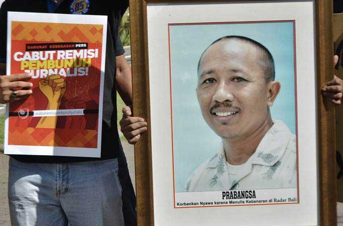 Jurnalis dan masyarakat yang tergabung dalam Solidaritas Jurnalis Bali menggelar aksi menuntut Presiden Joko Widodo mencabut kembali remisi untuk I Nyoman Susrama yang merupakan terpidana kasus pembunuhan jurnalis Radar Bali Prabangsa, di Denpasar, Bali, Jumat (25/1/2019). - Antgara/Fikri Yusuf