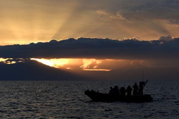 Danau Toba saat matahari terbenam. - Antara/Sigid Kurniawan