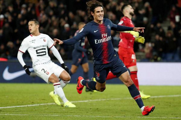 Striker PSG Edinson Cavani selepas mencetak gol keempat timnya ke gawang Rennes. - Reuters/Benoit Tessier
