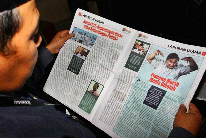 Ketua Bawaslu Kota Tangerang Agus Muslim membaca Tabloid Indonesia Barokah yang diamankan dari sebuah masjid di Kantor Bawaslu Kota Tangerang, Tangerang, Banten, Kamis (24/1/2019). - ANTARA/Muhammad Iqbal
