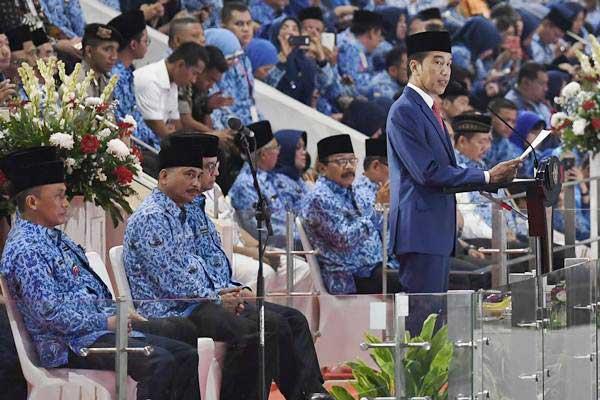 Presiden Joko Widodo (kanan) menyampaikan arahan saat peringatan Hari Ulang Tahun Ke-47 Korps Pegawai Republik Indonesia (Korpri), di Istora Senayan, Jakarta, Kamis (29/11/2018). Peringatan hari lahir KORPRI ke-47 mengangkat tema Korpri melayani, bekerja dan menyatukan bangsa. ANTARA FOTO - Puspa Perwitasari