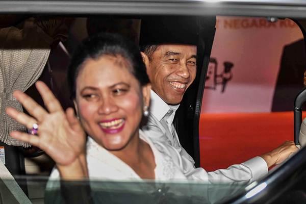 Capres nomor urut 01 Joko Widodo (kanan) didampingi istri Iriana Joko Widodo tiba untuk mengikuti debat pertama Pilpres 2019, di Hotel Bidakara, Jakarta, Kamis (17/1/2019). - ANTARA/Aprillio Akbar