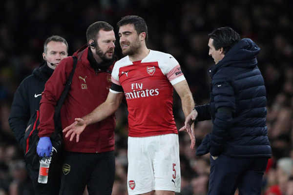 Bek Arsenal Sokratis Papastathopoulos berjalan tertatih-tatih akibat cedera ketika timnya kalah 1 - 3 dari Manchester United di Piala FA. - Reuters/Hannah Mc Kay