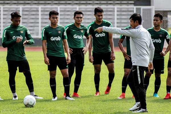 Pelatih Timnas Indonesia U-22 Indra Sjafri (kedua kanan) memberikan intruksi kepada pemain saat sesi latihan di Lapangan Madya, Komplek SUGBK, Senayan, Jakarta, Selasa (8/1/2019). - ANTARA/Putra Haryo Kurniawan