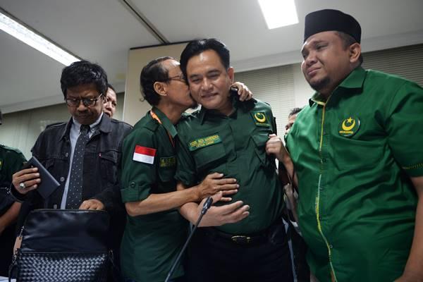 Ketua Umum Partai Bulan Bintang (PBB) Yusril Ihza Mahendra (kedua kanan) dicium oleh Ketua Mahkamah Partai M Yasin Ardhy (kedua kiri) usai sidang ajudikasi antara PBB dengan Komisi Pemilihan Umum (KPU) di Gedung Bawaslu, Jakarta, Minggu (4/3). Badan Pengawas Pemilu (Bawaslu) memutuskan Partai Bulan Bintang sah sebagai peserta Pemilu 2019. ANTARA FOTO - Akbar Nugroho Gumay