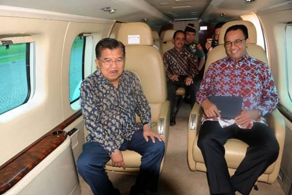 Wakil Presiden Jusuf Kalla dan Gubernur DKI Jakarta Anies Baswedan meninjau dari udara kemacetan Jakarta dan sekitarnya dengan menggunakan helikopter, Senin (28/1).  - Biro Pers Setwapres