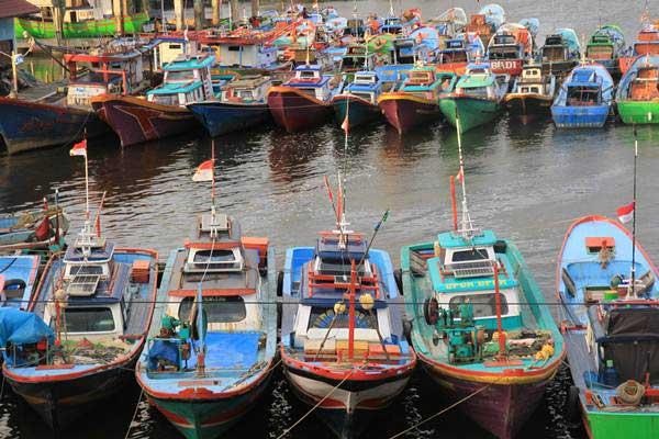 Sejumlah perahu nelayan ditambatkan di Pelabuhan Desa Kuala Bubon, Samatiga, Aceh Barat, Aceh, Selasa (25/12/2018). - ANTARA/Syifa Yulinnas