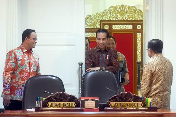 Presiden Joko Widodo (tengah) tiba di ruang rapat terbatas disaksikan Wakil Presiden Jusuf Kalla (kanan) dan Gubernur DKI Jakarta Anies Baswedan (kiri) sebelum rapat terbatas pengelolaan transportasi Jabodetabek, di Kantor Presiden, Jakarta, Selasa (8/1/2019). - ANTARA/Akbar Nugroho Gumay
