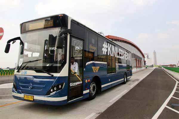 Bus Transjakarta terparkir saat uji coba di jalan layang non-tol (JLNT) bus Transjakarta koridor XIII Ciledug-Tendean di Halte CSW, Jakarta, Senin (15/5). - Antara/Rivan Awal Lingga