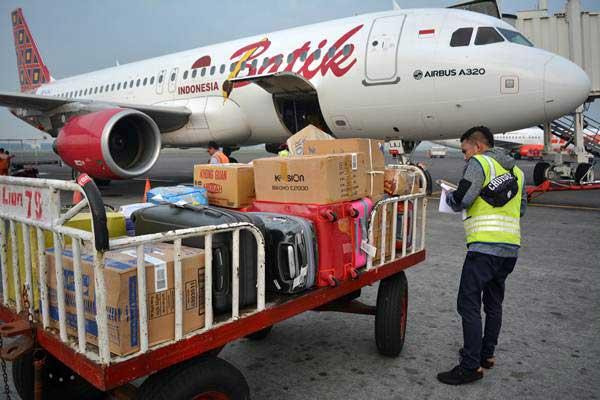 Petugas mendata barang pemudik sebelum di masukkan ke bagasi pesawat di Bandara Internasional Juanda, Sidoarjo, Jawa Timur, Rabu (13/6/2018)./ANTARA FOTO - Umarul Faruq