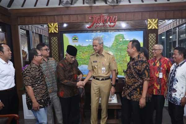 Perwakilan Ikatan Alumni SMA 1 Kota Tegal menemui Gubernur Ganjar Pranowo untuk mengadukan permasalahan sengketa kepemilikan aset SMAN 1 Kota Tegal dengan PT Kereta Api Indonesia - Istimewa