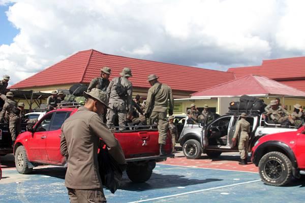 Pasukan Brimob dari Timika tiba di Wamena, Selasa (4/12 - 2018). Pasca penembakan Kelompok Kriminal Bersenjata (KKB) yang diduga menewaskan 31 karyawan PT Istika Karya saat melakukan pengerjaan jalur Trans Papua di Kali Yigi dan Kali Aurak Distrik Yigi, Kabupaten Nduga, Papua pada 2 Desember lalu, aparat keamanan pun ditambah untuk mengamankan situasi di daerah tersebut. / Antara