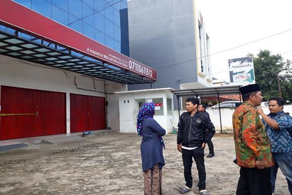 Jamaah umrah Abu Tours mendatangi Kantor Cabang Abu Tours di Palembang, Jumat (9/2/2018), untuk meminta kepastian berangkat umrah. - JIBI/Dinda Wulandari