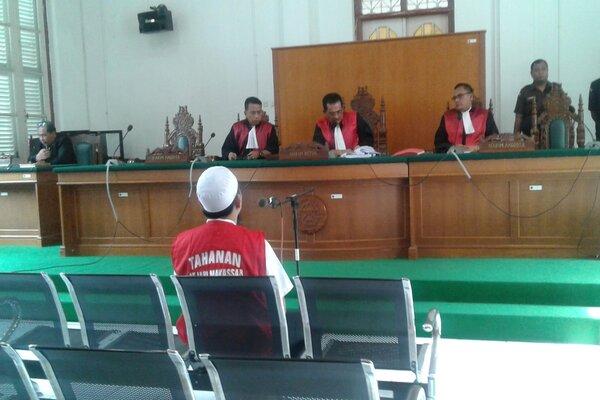 Majelis Hakim Pengadilan Negeri Makassar menjatuhkan vonis 20 tahun penjara dengan denda Rp500 juta kepada CEO PT Abu Tours Hamzah Mamba atas tuduhan penggelapan uang jemaah travel umrah yang dikelolanya sebesar Rp1,2 triliun. - Bisnis/Andini Ristyaningrum