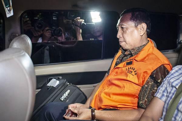 Sekjen KONI Ending Fuad Hamidy berada di dalam mobil tahanan seusai menjalani pemeriksaan di Gedung KPK, Jakarta, Kamis (20/12/2018) dini hari. - ANTARA/Aprillio Akbar