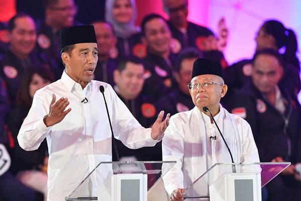 Pasangan capres-cawapres nomor urut 01 Joko Widodo (kiri) dan Ma'ruf Amin mengikuti debat pertama Pilpres 2019, di Hotel Bidakara, Jakarta, Kamis (17/1/2019). - ANTARA/Sigid Kurniawan