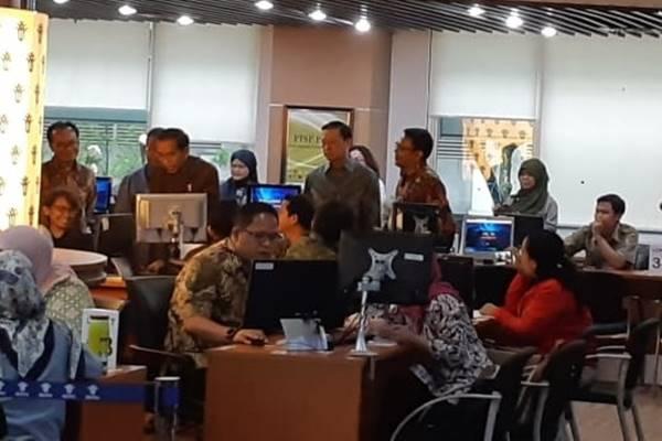 Presiden Joko Widodo meninjau lokasi pendaftaran Online Single Submission di Kantor BKPM, Senin (14/1/2019). JIBI/BISNIS - Amanda Kusumawardhani
