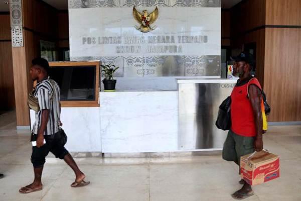 Penduduk Papua Nugini melintas di Pos Lintas Batas Negara (PLBN) Terpadu Skouw, Jayapura, Papua, Selasa (14/11). - JIBI/Nurul Hidayat