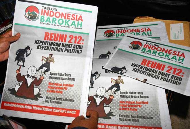 Ketua Bawaslu Kota Tangerang Agus Muslim memperlihatkan Tabloid Indonesia Barokah yang diamankan dari sebuah masjid di Kantor Bawaslu Kota Tangerang, Tangerang, Banten, Kamis (24/1/2019). - ANTARA/Muhammad Iqbal