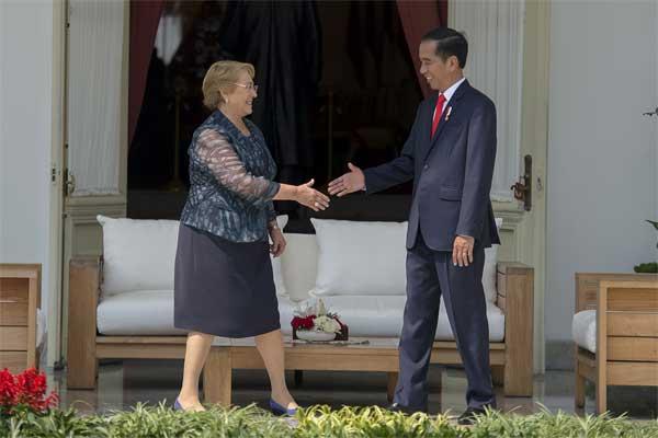 Presiden Joko Widodo (kanan) dan Presiden Chile Michelle Bachelet (kiri) melakukan pertemuan di teras belakang Istana Merdeka, Jakarta, Jumat (12/5). - Antara/Widodo S Jusuf