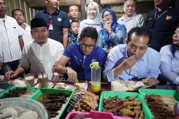 Cawapres Sandiaga Salahuddin Uno ditemani beberapa warga Wonogiri, sedang menikmati santapan makan malam di Warung HIK Kartikasari Eromoko, Wonogiri - ist