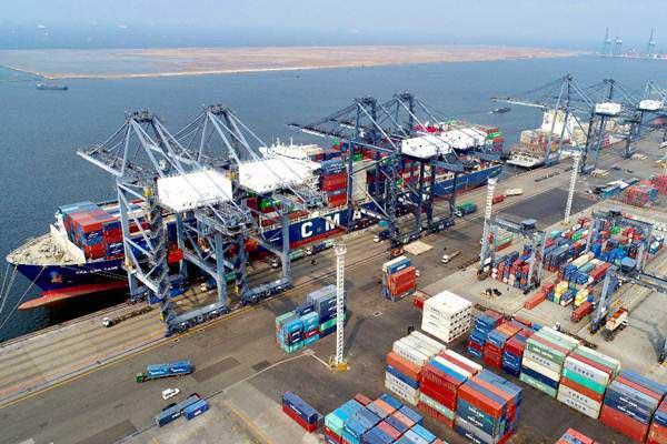 Suasana bongkar muat peti kemas di Jakarta International Container Terminal, Tanjung Priok, Jakarta, Selasa (8/1/2019). - Bisnis - Abdullah Azzam