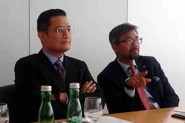 Wakil Ketua Badan Kerja Sama Antar Parlemen DPR RI Juliari P. Batubara (kiri) dan Witjaksono Adji, Deputy Chief of Mission Kedubes RI dan Perwakilan Tetap di PBB dan Organisasi Internasional Lain di Wina, Austria mendengarkan paparan dari Siemens, di fasilitasnya di Wina, Selasa (22/5/2018). Kunjungan ke Siemens Mobility di Wina merupakan salah satu rangkaian kunjungan BKSAP ke Austria. - JIBI/Indyah Sutriningrum