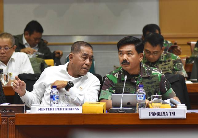 Menteri Pertahanan Ryamizard Ryacudu (kiri) berbincang dengan Panglima TNI Marsekal TNI Hadi Tjahjanto (kanan) saat mengikuti rapat kerja dengan Komisi I DPR di Kompleks Parlemen Senayan, Jakarta, Rabu (23/1/2019). - ANTARA/Indrianto Eko Suwarso