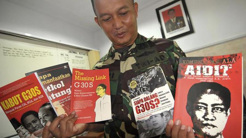 Komandan Kodim 0712/Tegal Letkol Inf Hari Santoso menunjukkan lima judul buku yang disita dari sebuah pusat perbelanjaan di Kodim 0712/Tegal, Jawa Tengah pada Desember 2018. - ANTARA/Oky Lukmansyah