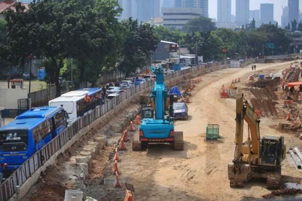 Proyek pembangunan underpass Mampang, di Jakarta, Selasa (4/7). - JIBI/Nurul Hidayat