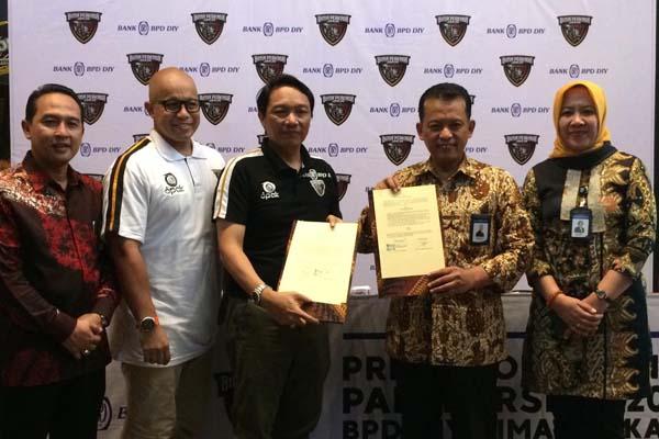 Direktur Utama Bank BPD DIY Santoso Rohmad (kedua kanan) dan Presiden Klub Bima Perkasa Jogja Edy Wibowo (tengah) dalam signing ceremony yang diselenggarakan Selasa (29/1/2019). - Bisnis/Ferroza Dharmagtha