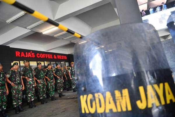 Prajurit TNI melakukan apel  - ANTARA/Sigid Kurniawan