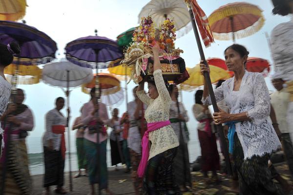 Sejumlah wanita Hindu membawa benda-benda sakral dalam upacara Melasti menjelang Hari Raya Nyepi Tahun Saka 1939 di Pantai Padanggalak, Denpasar, Jumat (24/3). Parisada Hindu Dharma Indonesia (PHDI) telah menetapkan hingga Senin (27/3) sebagai hari untuk ritual Melasti di seluruh kawasan pantai, danau dan sungai di Bali. ANTARA FOTO - Nyoman Budhiana