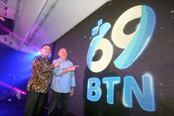 Direktur Utama PT Bank Tabungan Negara (Persero) Tbk Maryono (kiri)  bersama Komisaris Utama I Wayan Agus Mertayasa meluncurkan logo HUT ke-69 Bank BTN, di Jakarta, Jumat (4/1/2019). - Bisnis/Dedi Gunawan