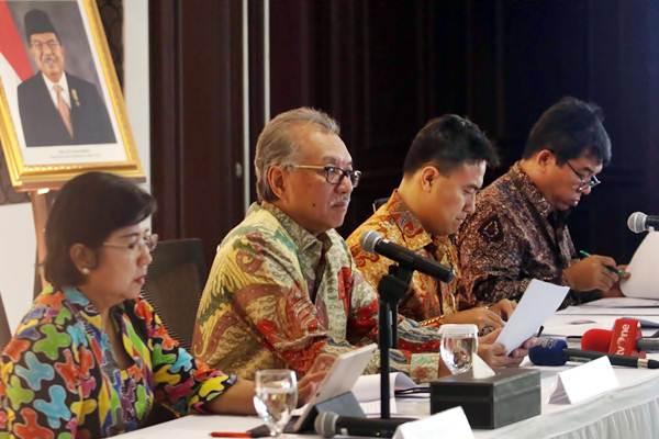 Anggota Dewan Komisioner Lembaga Penjamin Simpanan (LPS) Destry Damayanti (dari kiri), Ketua Dewan Komisioner Halim Alamsyah, Kepala Eksekutif Fauzi Ichsan dan Direktur Eksekutif Klaim dan Resolusi Bank Ferdinan Dwikoraja Purba memberikan penjelasan pada jumpa pers, di Jakarta, Kamis (10/1/2019). - Bisnis - Nurul Hidayat