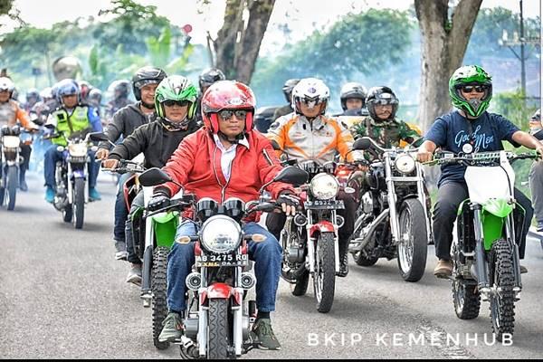 Menteri Perhubungan Budi Karya Summadi, mengampanyekan safety riding atau keselamatan berkendara kepada komunitas Yamaha RX-King Indonesia (YRKI) di Yogyakarta, Minggu (20 - 1). Bersama puluhan bikers YRKI, safety riding dilakukan dari kompleks Bandara Internasional Adisutjipto Yogyakarta menuju Stadion Maguwoharjo, Sleman. / Dok.Kemenhub
