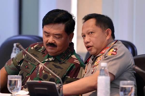 Panglima TNI Marsekal TNI Hadi Tjahjanto (kiri) berbincang dengan Kapolri Jenderal Pol Tito Karnavian  - ANTARA/Wahyu Putro A
