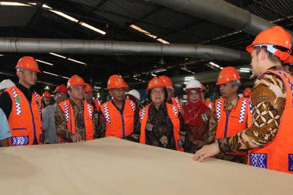 Menteri Lingkungan Hidup dan Kehutanan RI Siti Nurbaya bersama Gubernur Jateng Ganjar Pranowo saat meninjau industri kayu di Kendal - Istimewa
