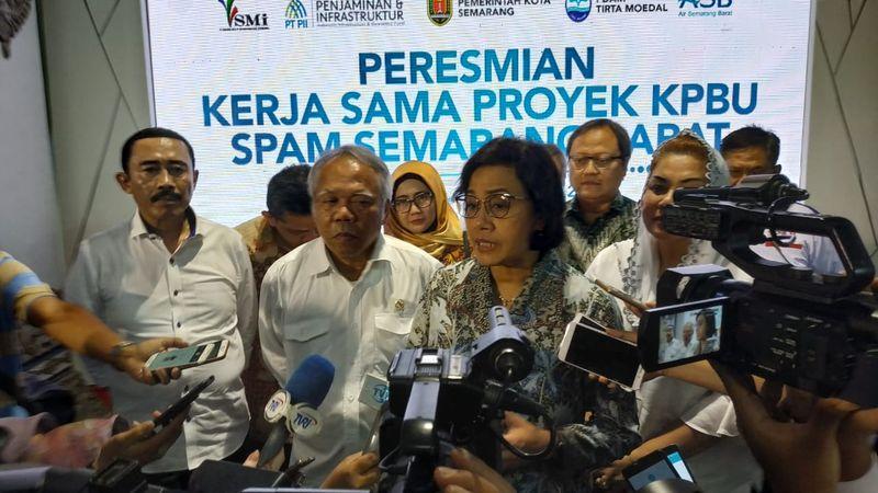 Menteri Keuangan Sri Mulyani bersama Menteri PUPR Basuki Hadimuljono berbicara kepada wartawan usai meresmikan pembangunan proyek Sistem Penyediaan Air Minum (SPAM) Semarang Barat di Semarang, Jawa Tengah, Rabu (12/12/2018). - JIBI/Alif Nazzala Rizqi