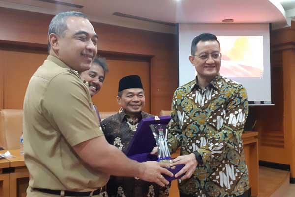Ketua Panja KER DPR, Juliari P Batubara menyerahkan cindera mata kepada Bupati Tangerang, Ahmed Zaki Iskandar disaksikan anggota Panja masing-masing Jazuli Juwaini (PKS) dan Roy Suryo (Demokrat), Selasa (29 - 1)